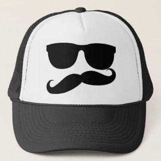 El hombre del bigote gorra de camionero