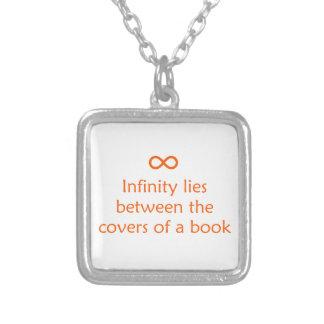 El infinito miente entre las cubiertas de un libro pendiente personalizado