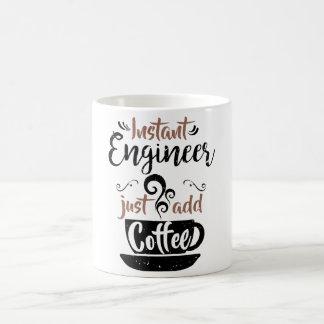 El ingeniero inmediato apenas añade el café taza de café