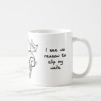 El intentar acortar los clavos del gato enojado taza de café