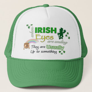 El irlandés caprichoso observa el gorra del St
