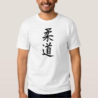 El judo de la palabra en letras japonesas del camisas