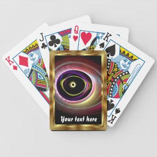 El jugar de tarjetas observa encima de notas de la barajas de cartas