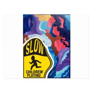 El jugar lento de los niños del torbellino postal