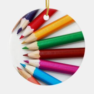 El lápiz colorido colorea los regalos para los adornos