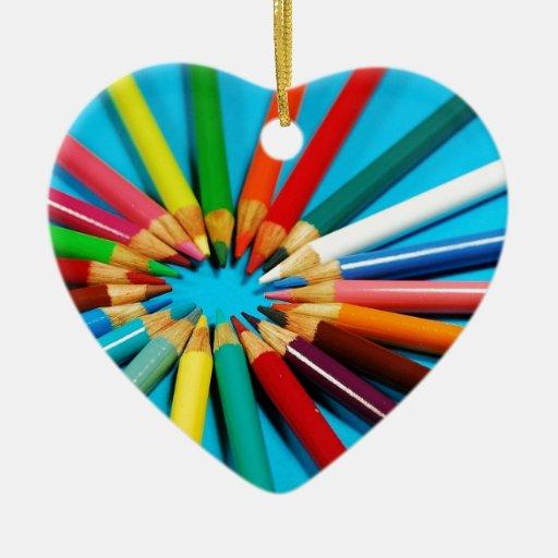 El lápiz colorido dibuja con creyón el modelo ornatos