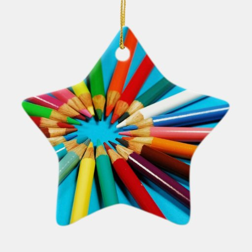 El lápiz colorido dibuja con creyón el modelo ornamentos de navidad