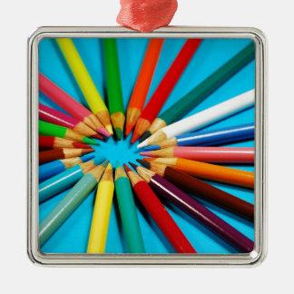 El lápiz colorido dibuja con creyón el modelo ornato