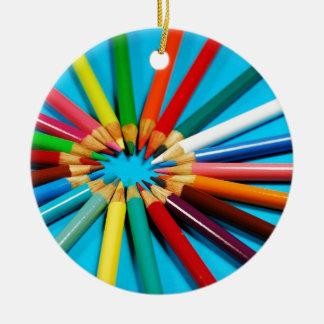 El lápiz colorido dibuja con creyón el modelo adorno redondo de cerámica