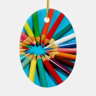 El lápiz colorido dibuja con creyón el modelo ornamento para reyes magos