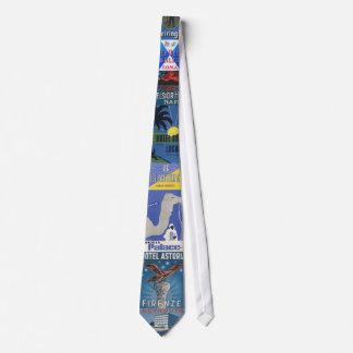El lazo azul de la etiqueta del equipaje del hotel corbata
