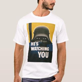 Él le está mirando la guerra mundial 2 camiseta
