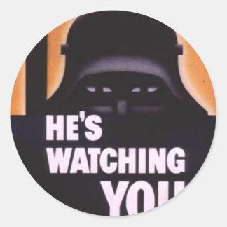 Él le está mirando propaganda pegatina redonda