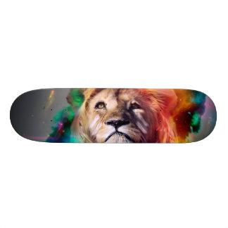 El león colorido que mira para arriba empluma el patin personalizado