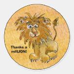 El león del dibujo animado agradece a los pegatina redonda