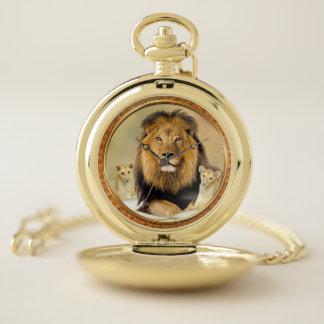 El león grande del padre con su bebé pare el reloj