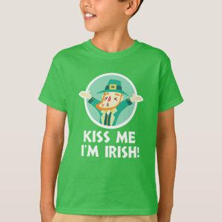 El Leprechaun divertido me besa que soy San Camiseta