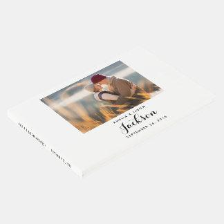 El libro de visitas del boda de la foto, añade su