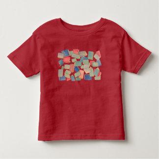 El libro riega la camiseta del niño
