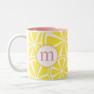 El limón corta la taza personalizada amarillo del