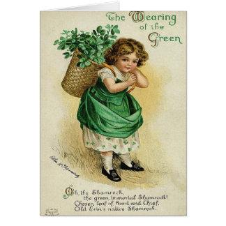 El llevar de la tarjeta del día del St Patrick