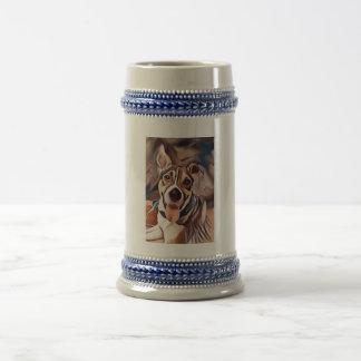 El llevar lindo del perro pañuelo jarra de cerveza