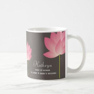 El loto rosado florece taza de café nupcial conoci