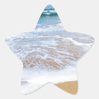 El mar de la playa de Sandy agita y montaña en la Pegatina En Forma De Estrella
