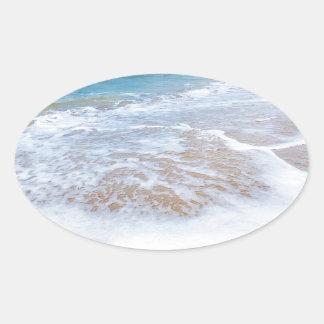 El mar de la playa de Sandy agita y montaña en la Pegatina Ovalada