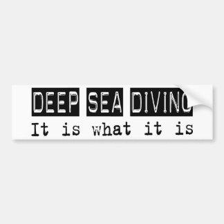 El mar profundo que se zambulle él es pegatina para coche