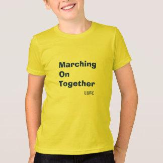 El marchar en junto la camiseta de los niños del