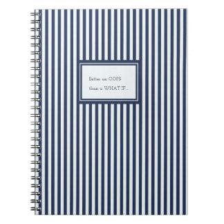 El marinero azul y blanco raya el cuaderno de