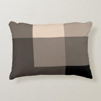 El medio de Brown sombrea la almohada del acento