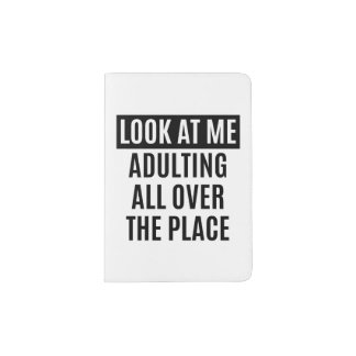 El meme divertido Adulting por todas partes cita Porta Pasaportes