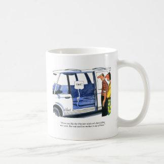 El minivan asienta el dibujo animado taza de café