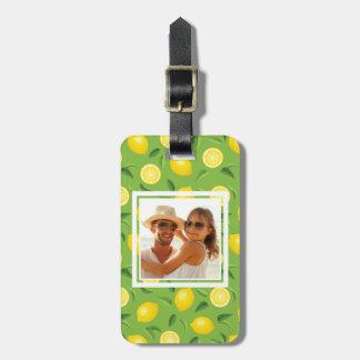 El modelo amarillo brillante el   del limón añade etiqueta para maletas