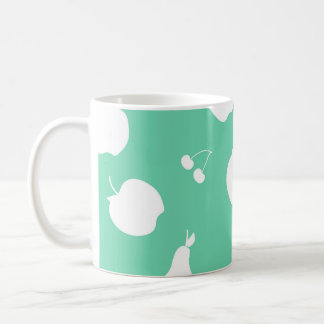 El modelo de la fruta cubrió la taza
