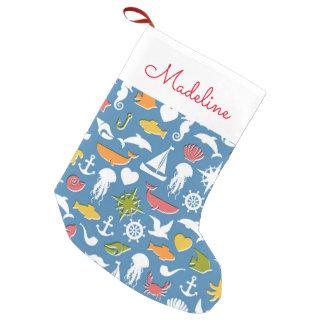 El modelo marino el | de los símbolos añade su calcetín navideño pequeño