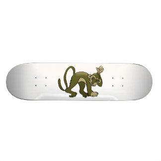 El mono agita en usted tablas de skate
