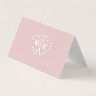El monograma del corazón nupcial se ruboriza tarjeta de asiento