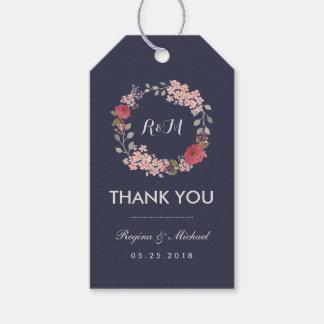 El monograma floral del boda de la guirnalda le etiquetas para regalos
