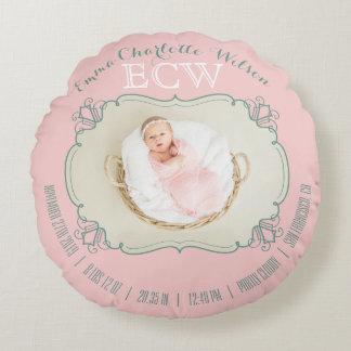 El monograma recién nacido de la foto del bebé se cojín redondo