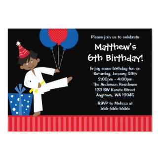 El muchacho afroamericano hincha el cumpleaños del invitación 12,7 x 17,8 cm