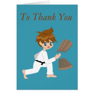 El muchacho de los artes marciales que rompe al tarjeta de felicitación