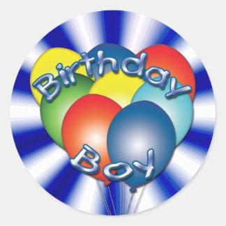 El muchacho del cumpleaños hincha alrededor de los pegatina redonda