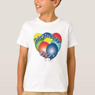 El muchacho del cumpleaños hincha la camiseta