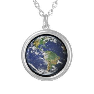 El mundo del espacio collar plateado