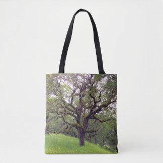 El musgo cubrió el árbol bolso de tela