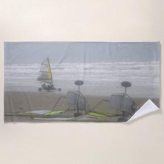 El navegar de la arena y toalla de playa del