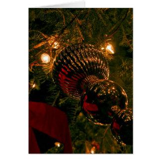 El navidad adorna el colgante en el árbol tarjeta pequeña